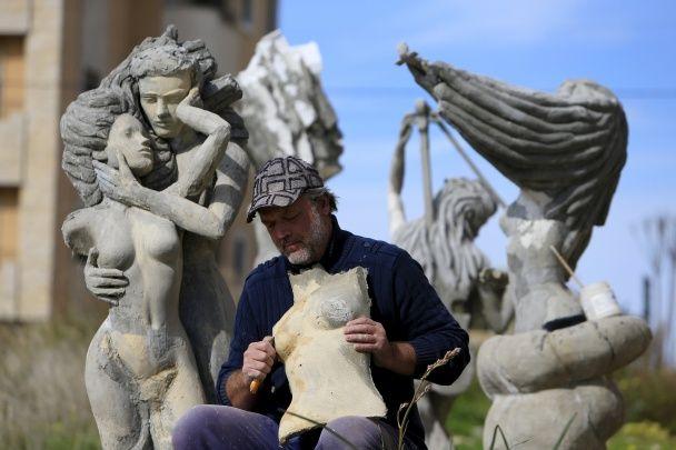 У Лівані українець створив музей просто неба зі своїми скульптурами