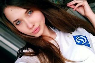 """Футбольна краса: дівчата-вболівальниці, які підтримують """"Динамо"""""""