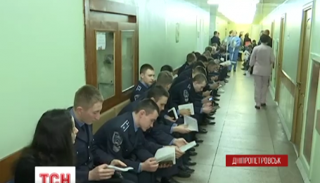 В Днепропетровске сотни людей сдают кровь для раненых бойцов АТО