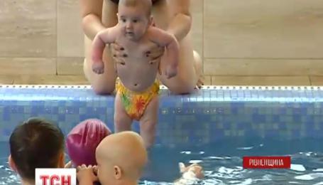 В Ровно прошли первые соревнования по плаванию среди младенцев