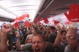 Американська авіакомпанія подарувала безкоштовні квитки понад сотні пасажирів (відео)