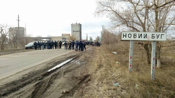 На Миколаївщині місцеві мешканці перекрили трасу до Дніпропетровська через розбиту дорогу