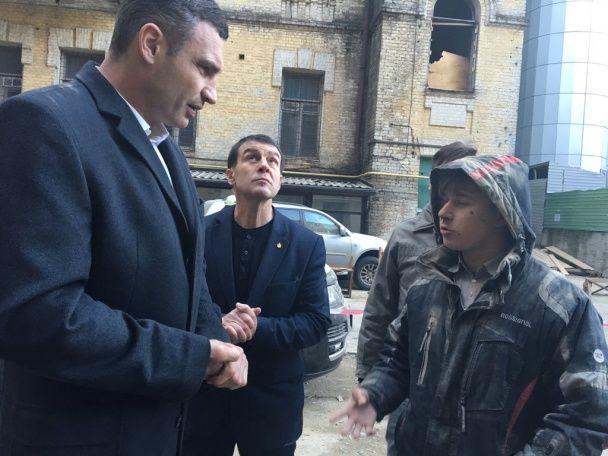 У центрі Києва обвалився будинок: під завалами шукають людей
