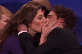 """Зірки """"Теорії великого вибуху"""" пристрасно поцілувалися в ефірі популярного шоу"""