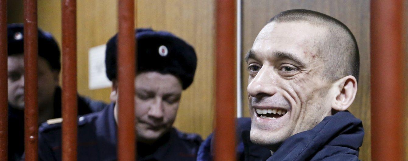 Російський суд виніс вирок художнику, який підпалив двері ФСБ