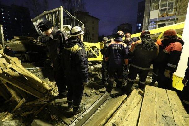 У Росії баштовий кран впав на житловий будинок, є жертви