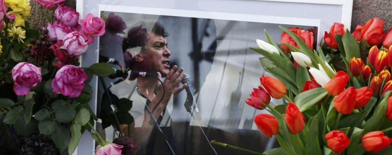 Навпроти Кремля відновили меморіал Нємцову після його знесення владою Москви