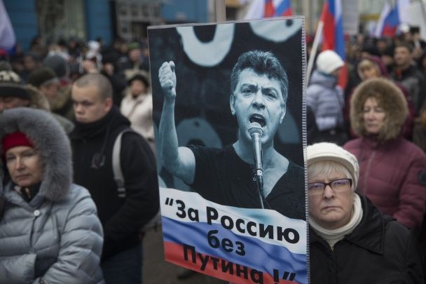 """""""Росія без Путіна"""" та """"Врятуйте Савченко"""". У Москві тисячі людей вийшли на марш пам'яті Нємцова"""