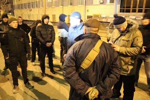 """""""Азов"""" запалив фаєри під будівлею СБУ і вимагає пояснень через затримання побратима"""