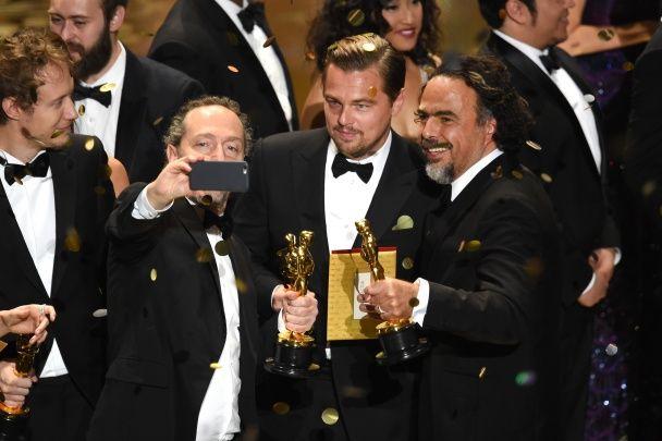 """Ді Капріо отримав бажаний """"Оскар"""": найяскравіші фото Лео зі статуеткою"""
