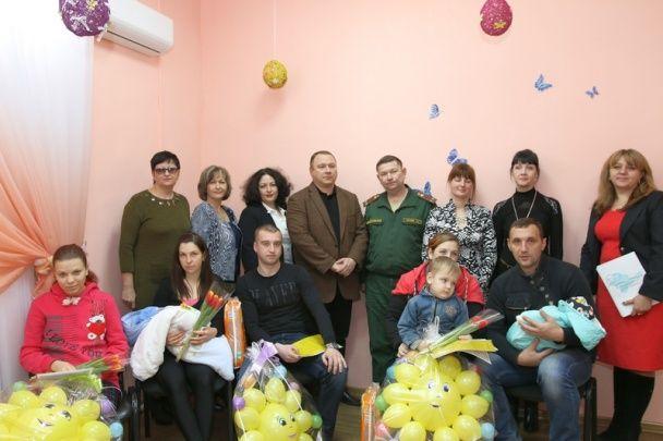 В армію з пелюшок. У Криму новонародженим хлопчикам вручили повістки на 2032 рік