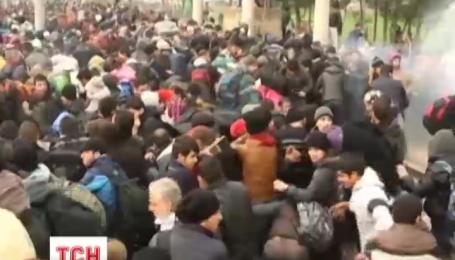 Біженці прорвали поліцейську оборону на греко-македонському кордоні