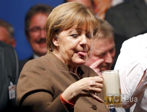 Найяскравіші фото дня: Меркель після келиху пива, новий автомобіль Bugatti Chiron
