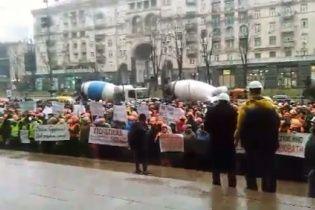 """Протест бетономішалок. Сотні будівельників у центрі Києва мітингують через атаки """"тітушок"""""""