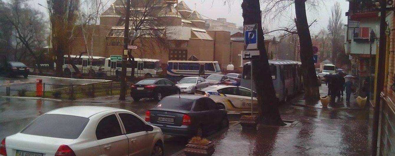 "Голову ""Азову-Крим"" Краснова та його подругу доправили до суду"