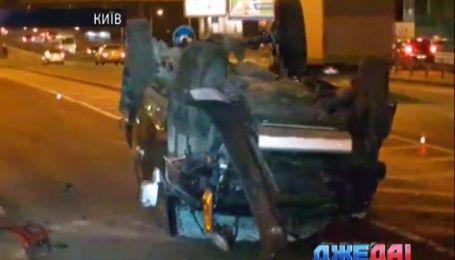 В Киеве легковушка не устояла на скользком асфальте