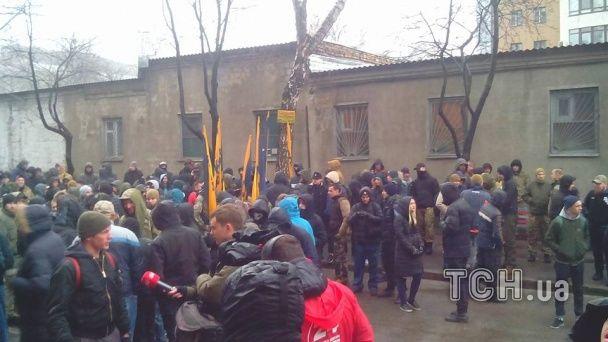 """Голову """"Азова-Крим"""" Краснова судять під галас мітингу та з юрбою провокаторів"""
