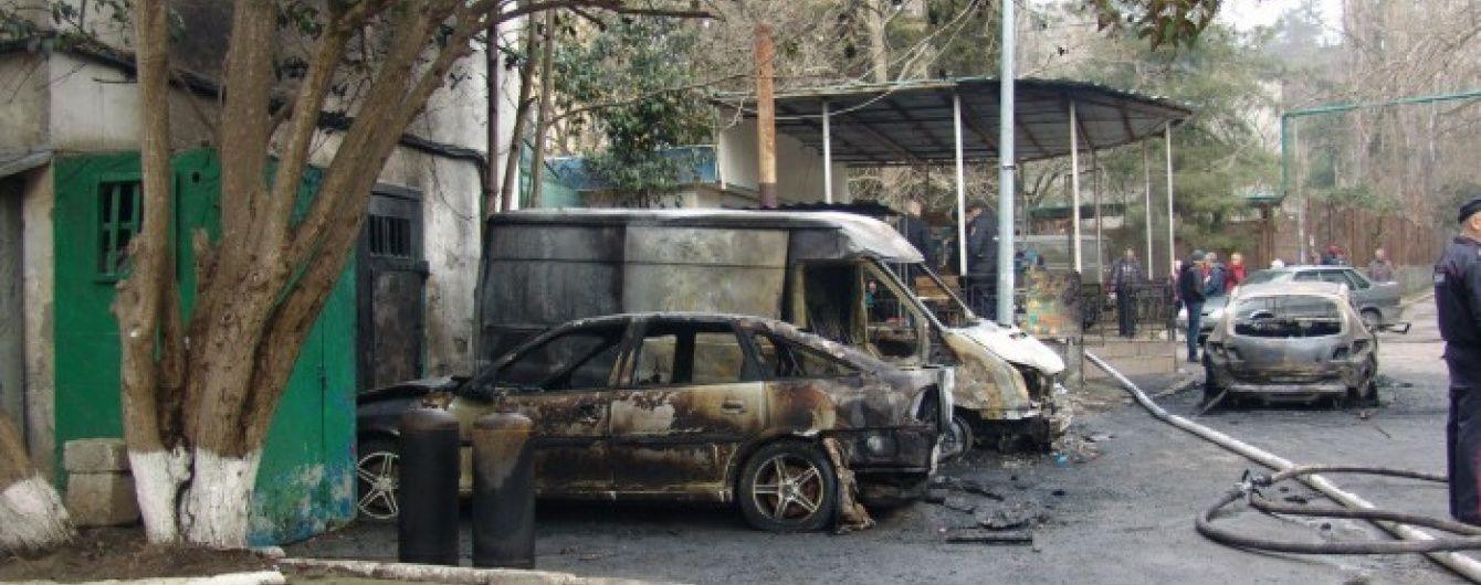 В окупованому Криму за ніч спалили дев'ять автомобілів