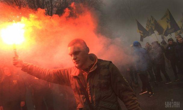 Найяскравіші фото дня: запальні протести мігрантів у Франції, марш із фаєрами на підтримку Краснова