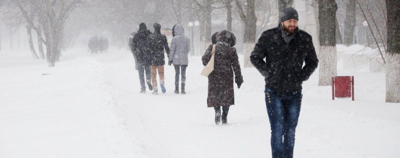 Початок весни приніс Москві потужний снігопад: місто застрягло у шалених заторах
