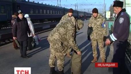 """В Хмельницком """"атошников"""" начали проверять на наличие у них нелегального оружия"""