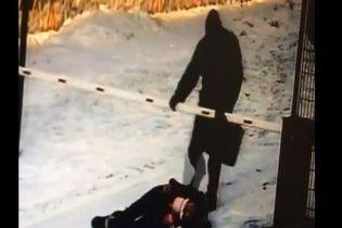 У Росії чоловік жорстоко побив 12-річну школярку за голосний спів на вулиці