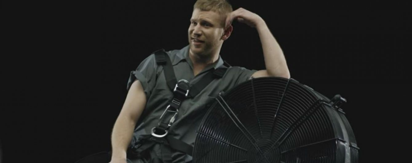 """Танці хлопців у панчохах та двійник """"Джокера"""": Дорн у спортивках представив новий кліп"""