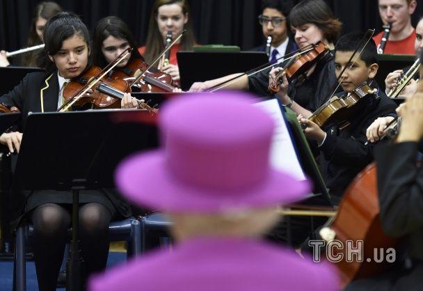 Найяскравіші фото дня: зворушливе повернення бійців із зони АТО, королева Британії на концерті