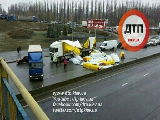Одеська площа у Києві зупинилась через масштабну ДТП
