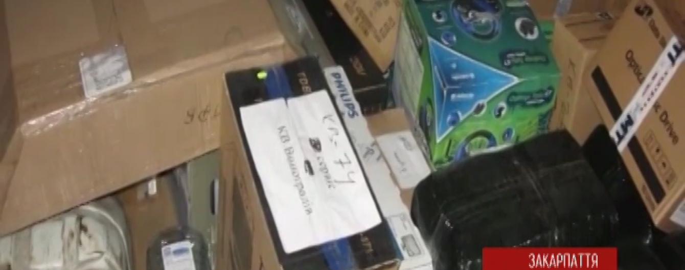 Бурштинова контрабанда на Закарпатті: водій був упевнений, що перевозить комп'ютери