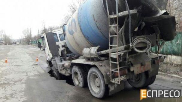 У Києві бетономішалка провалилася під асфальт