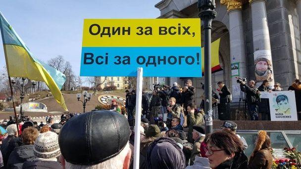 Українці вийшли на акції з підтримки Надії Савченко та повісили на шибениці опудало Путіна