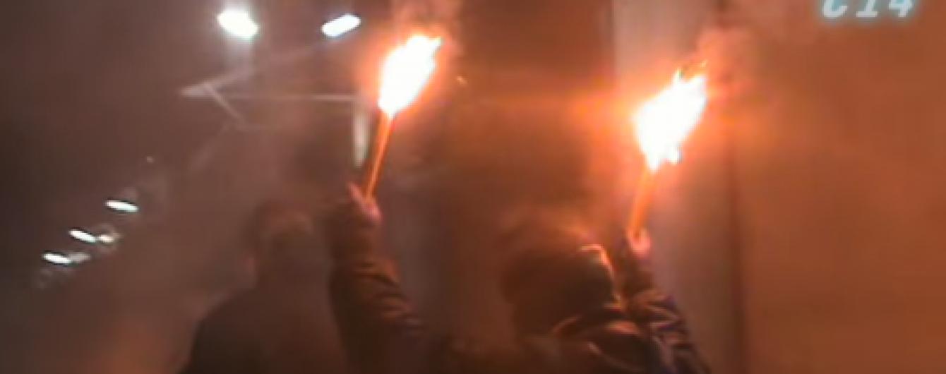 У Києві невідомі із фаєрами та кувалдами потрощили авто біля посольства РФ