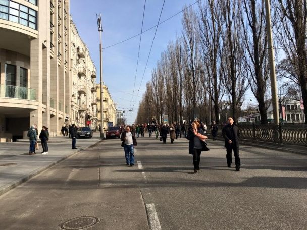 Повішене на шибениці опудало Путіна принесли до посольства Росії в Києві