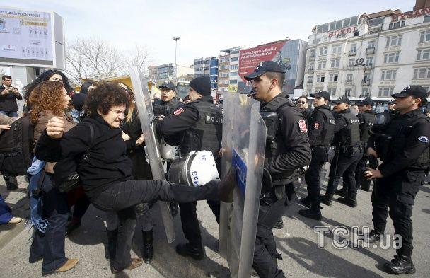 У Туреччині поліція стріляниною гумовими кулями розганяла жіночу демонстрацію