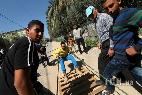 """Палестинський силач похизувався """"сталевим"""" пресом, який витримує вістря ножів"""
