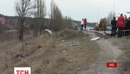 На въезде в Киев Lexus на большой скорости снес остановку общественного транспорта