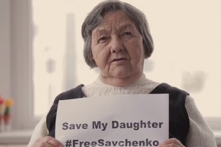 Мати Надії Савченко у зворушливому відео попросила у світу врятувати її дитину