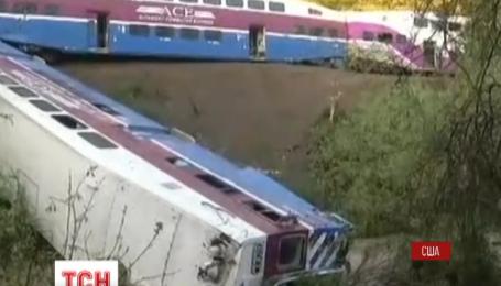 В США сошел с рельсов и упал в реку пригородный поезд