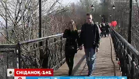 В Киеве открыли обновленный мост влюбленных в Мариинском парке