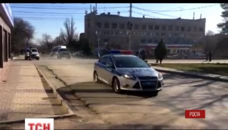 Надію Савченко привезли до приміщення суду