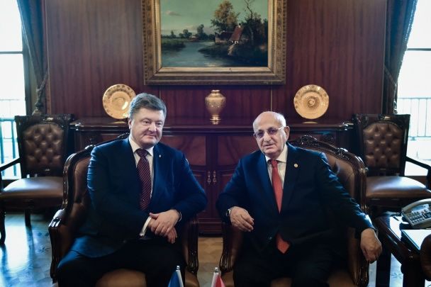 Порошенко закликав Туреччину визнати депортацію кримських татар геноцидом