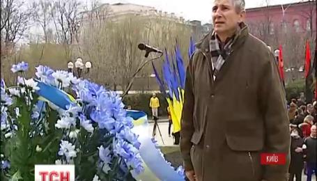 Под памятником Тараса Шевченко празднуют День рождения Кобзаря