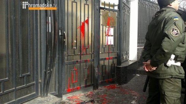 """""""Уб'єте Надю - вб'ємо Росію!"""" В Одесі під консульством РФ спалили опудало Путіна"""