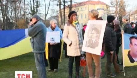 Более сотни человек собрались у российского посольства в Париже, требуя освободить Савченко
