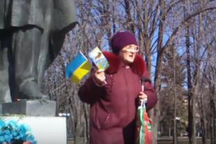 В окупованому Луганську люди накинулися на бабусю-патріотку з прапором України