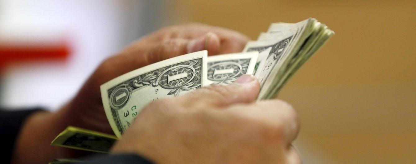 Доллар и евро продолжают активно дешеветь в курсах Нацбанка. Инфографика
