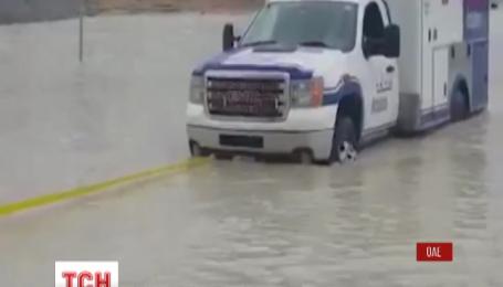 После сильного наводнения на дорогах Дубая образовались длинные пробки
