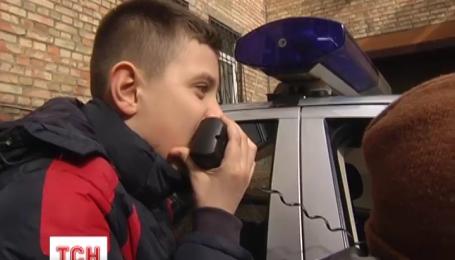 Киевские полицейские позволить ученикам младших классов побыть несколько часов в роли копов