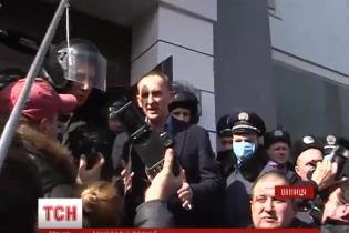 У Вінниці з бійками та шинами, що палають, вимагали відставки голови поліції